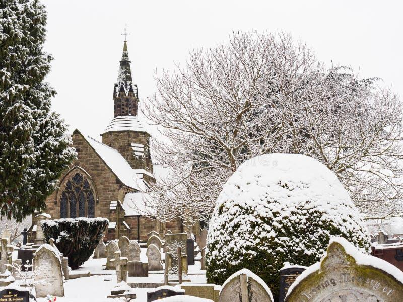 Fridsam kyrkogård i vintersnö royaltyfri fotografi