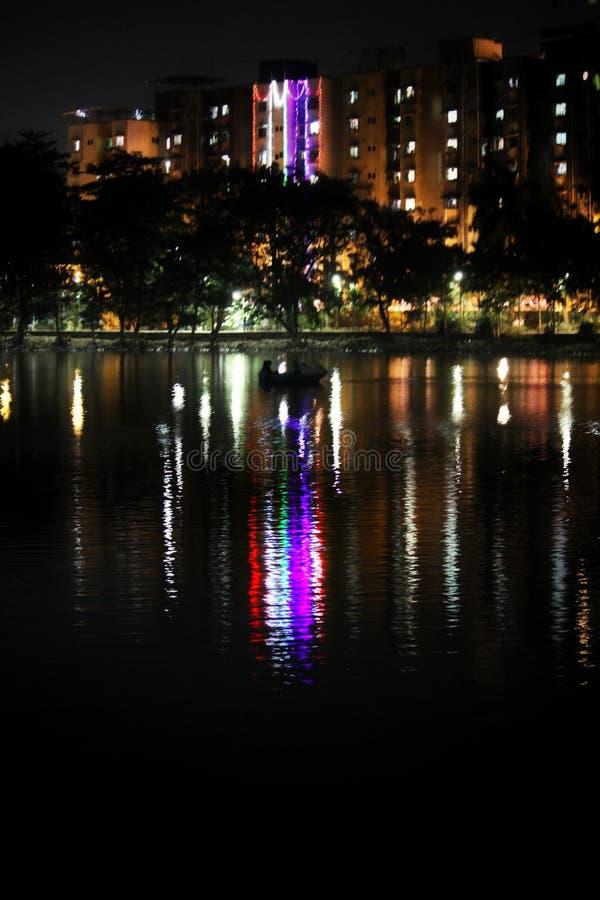 Fridsam natt på Kachrali sjöthanen arkivfoto