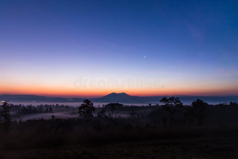 Fridsam ottagryninghimmel över den berg- och skogThungSlangLuang nationalparken, Thailand arkivfoton