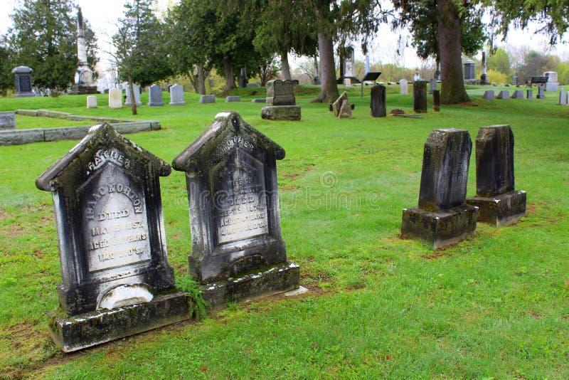 Fridsam plats av stora träd som omger den gamla red ut gravstenen av soldaten, den Saratoga monumentet och Victory Woods Cemetery royaltyfri foto