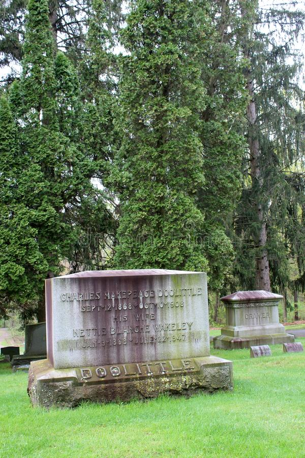 Fridsam plats av stora träd som omger den gamla red ut gravstenen av soldaten, den Saratoga monumentet och Victory Woods Cemetery fotografering för bildbyråer