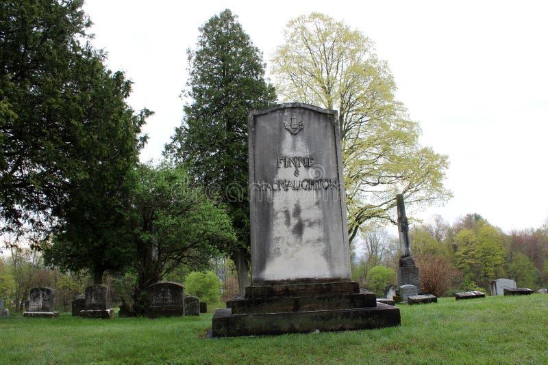 Fridsam plats av stora träd som omger den gamla red ut gravstenen av soldaten, den Saratoga monumentet och Victory Woods Cemetery royaltyfria foton
