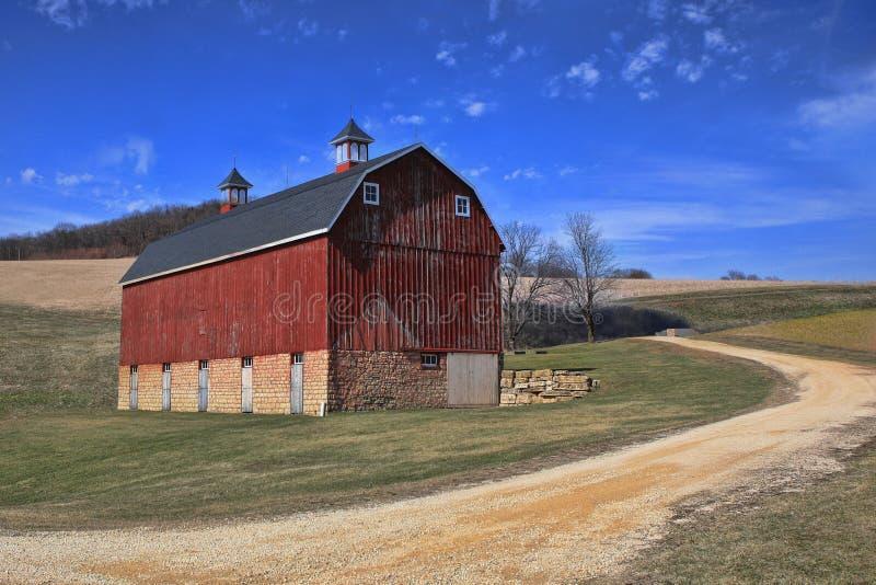 Fridsam röd ladugård i bygden Iowa, USA royaltyfria foton