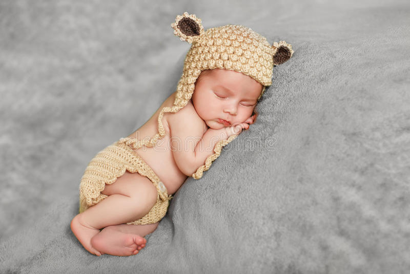 Fridsam sömn av ett nyfött behandla som ett barn royaltyfria bilder