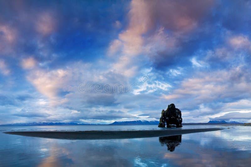 Fridsam sikt av Atlanticet Ocean på gryning Lägeställe Hvitserkur, Vatnsnes halvö, Island, Europa Scenisk bild royaltyfri fotografi