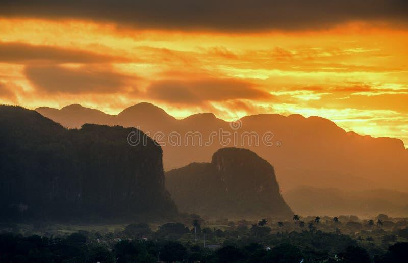 Fridsam sikt av den Vinales dalen på soluppgång Flyg- sikt av den Vinales dalen i Kuba Morgonskymning och dimma Dimma på gryning  arkivfoton