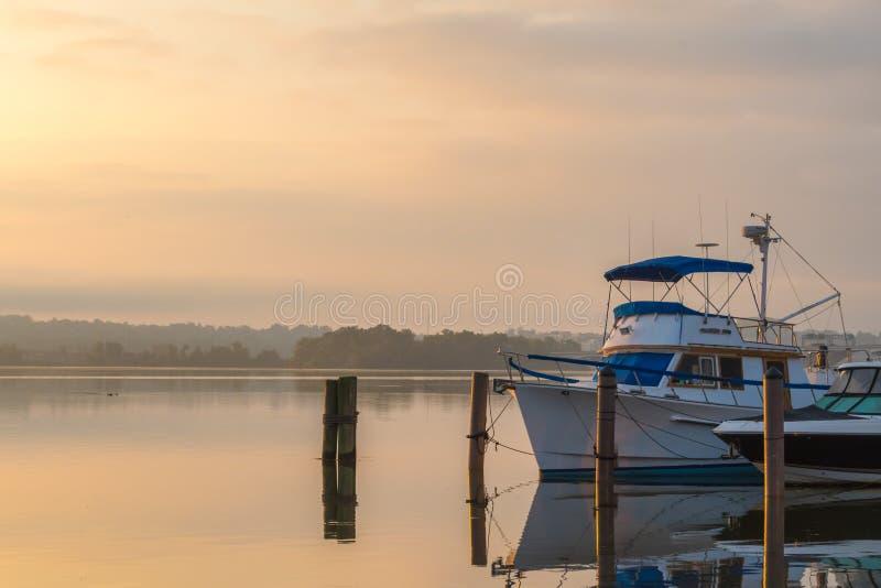 Fridsam soluppgång fartyg längs för den Potomac - Alexandria VA hamnen - dimmig serenitet royaltyfria foton