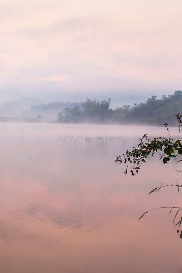 Fridsam ställe-, PA Khong sjö i morgonljus i sommarsäsong, mjuka misträkningar på sjön och bergbakgrunder sceniskt royaltyfri fotografi