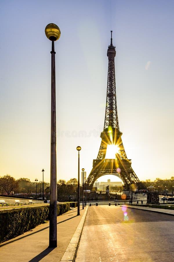 Fridsam trottoar och soluppgång över Paris royaltyfri foto