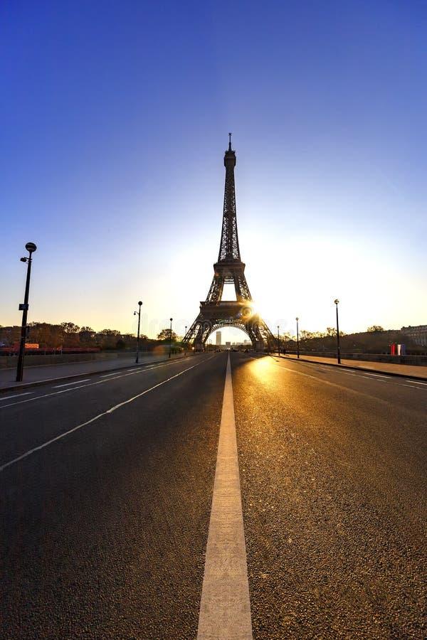 Fridsam trottoar och soluppgång över Paris royaltyfri fotografi