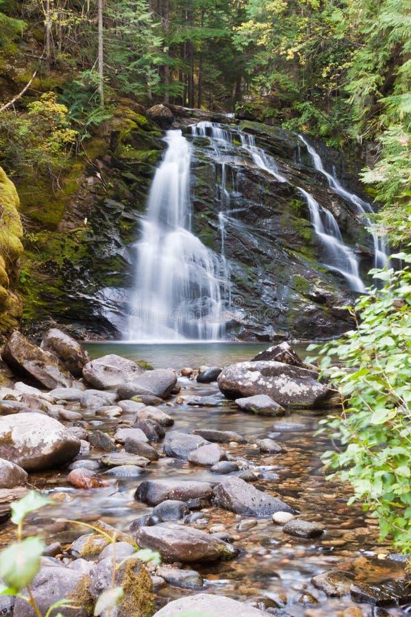 Fridsam vattenfall royaltyfria foton