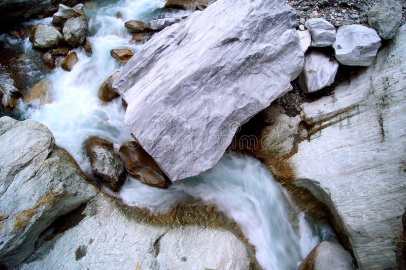 Fridsam vattenWash över marmor vaggar i den Hualien kanjonen royaltyfri fotografi