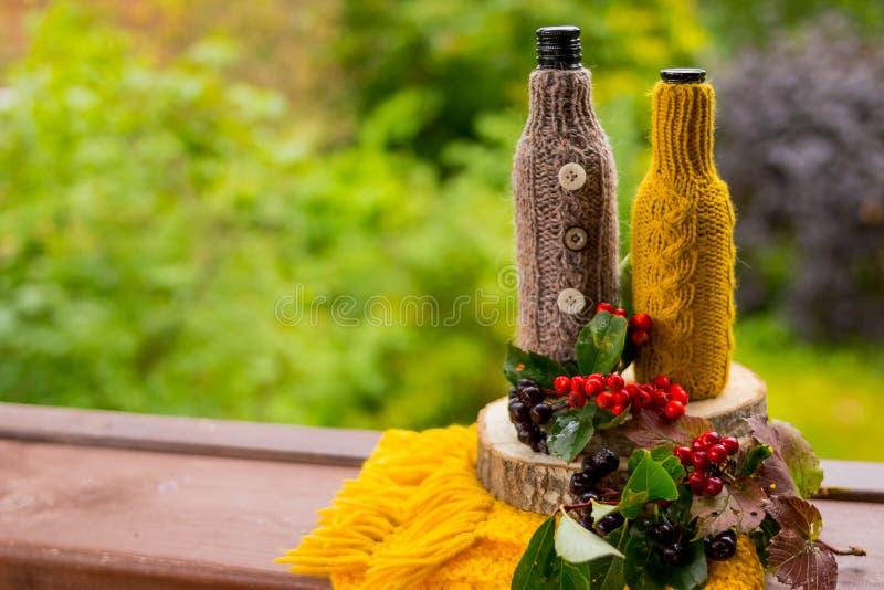 Fridsamma nedgångbär, blad, ekollon, halsduk som stilleben på lantlig träbakgrund för för snittträdstam och natur kopia royaltyfri foto