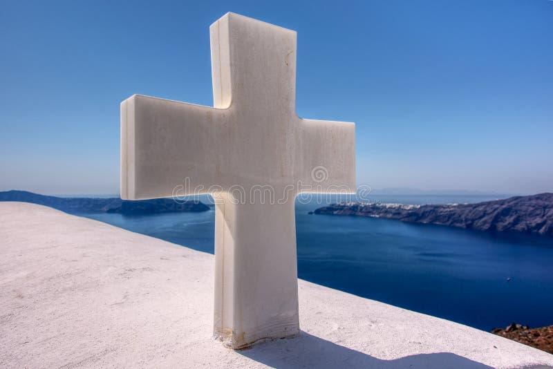 Fridsamt kors i Santorini royaltyfria bilder