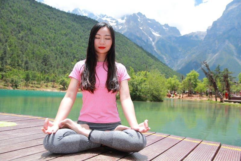Fridsamt lyckligt liv asiatisk kinesisk kvinnayoga fotografering för bildbyråer