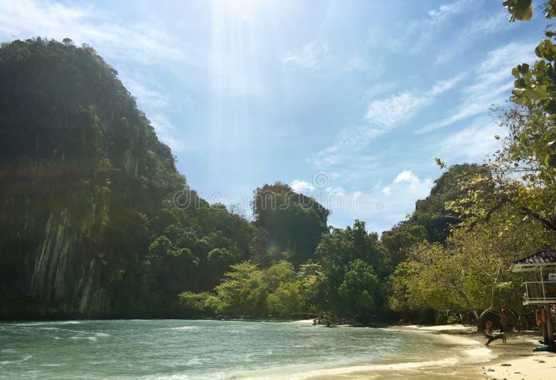 Fridsamt strandlandskap i det Krabi Thailand begreppet arkivbilder