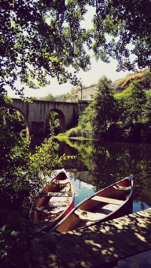 Fridsamt vid floden fotografering för bildbyråer