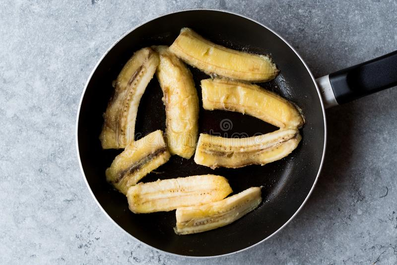 Fried Bananas sauté fait maison dans la casserole photos stock