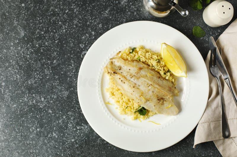 Fried Basa Fillet con il cuscus del limone immagini stock