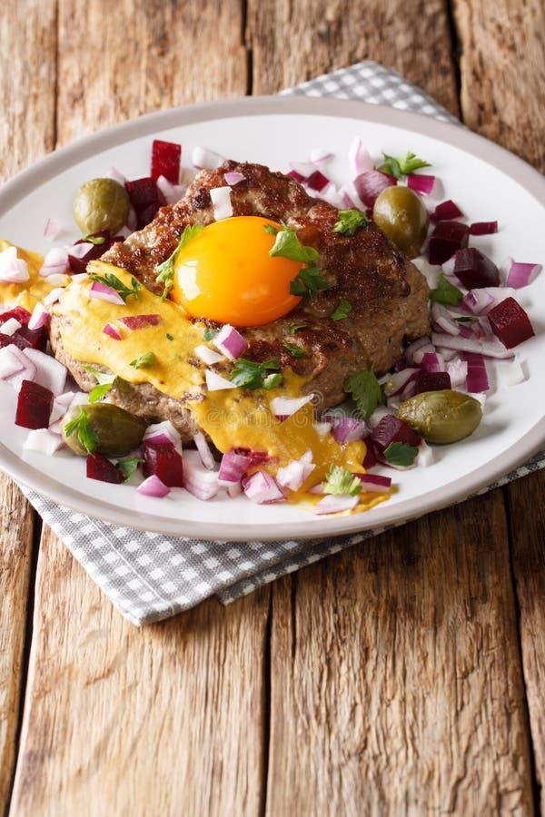Fried Beef Tartare of Parijse Lapje vlees - Pariserbof met ei, veg stock fotografie