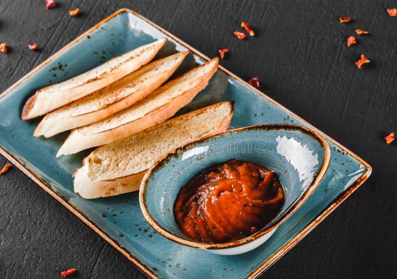 Fried Bruschetta avec de la sauce végétale dans le plat au-dessus du fond foncé Concept v?g?tarien de nourriture Casse-croûte dél photo libre de droits