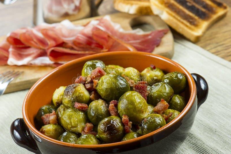 Fried Brussel Sprouts avec du jambon photographie stock libre de droits