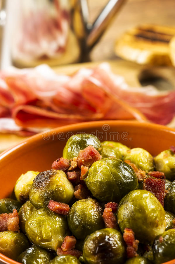 Fried Brussel Sprouts avec du jambon photographie stock