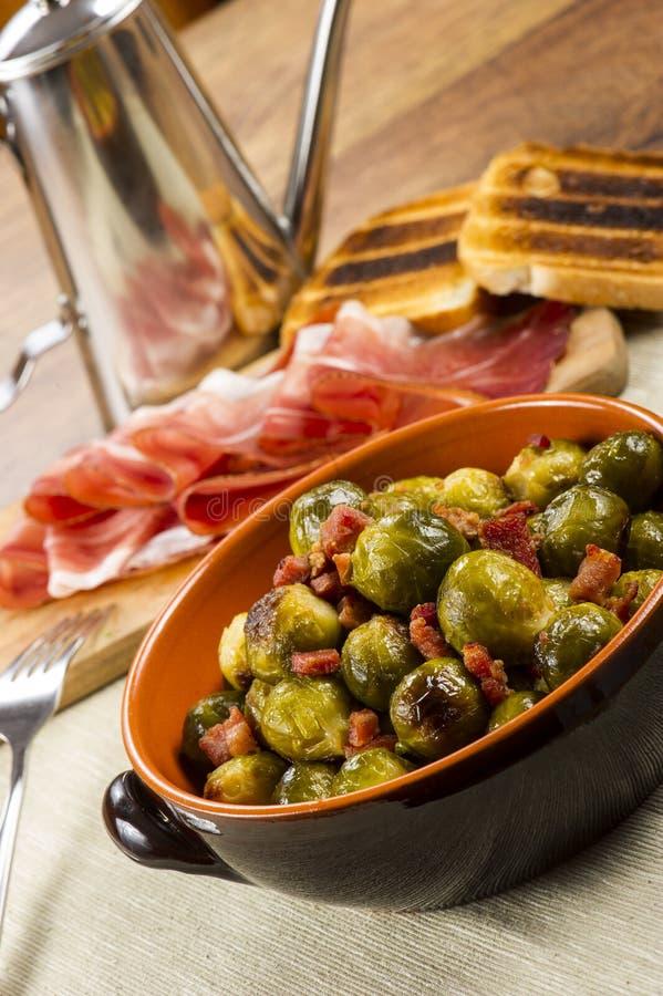 Fried Brussel Sprouts avec du jambon photo libre de droits