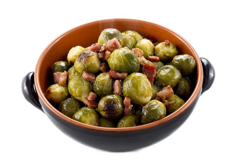 Fried Brussel Sprouts med skinka arkivfoto
