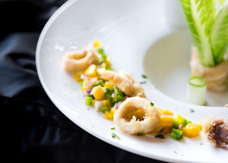 Fried Calamari profundo com sal, pimentões, alho e pimenta fotografia de stock royalty free