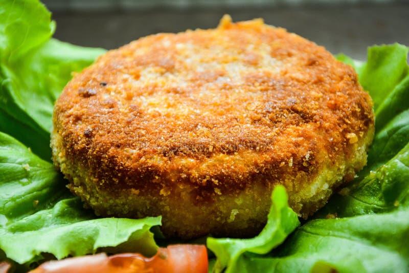 Fried Camembert på grönsallat royaltyfri foto