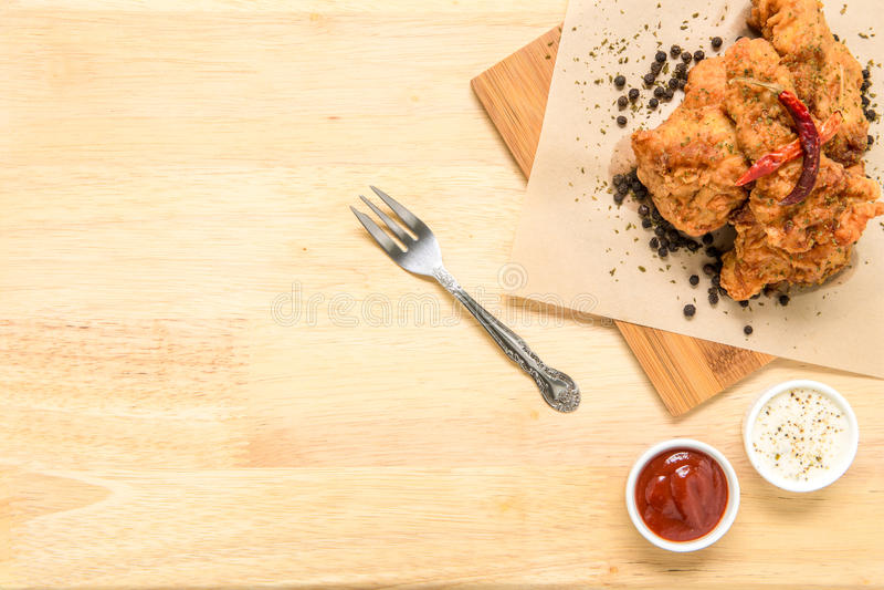 Fried Chicken Background/Fried Chicken/Fried Chicken Served på träbakgrund arkivfoton