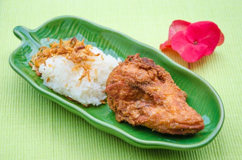Fried Chicken con la cebolla y el arroz pegajoso imágenes de archivo libres de regalías