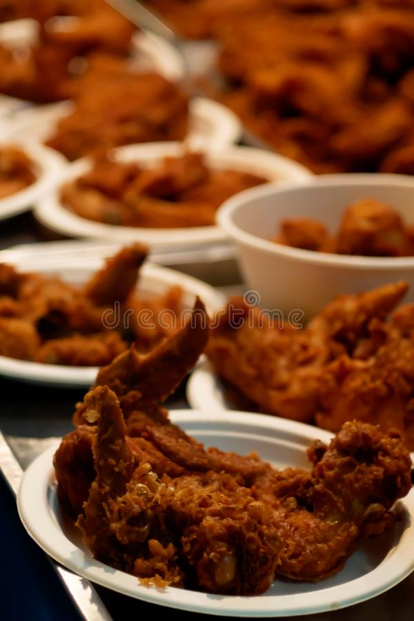 Fried Chicken dans la tasse de papier de nourriture de rue de la Thaïlande image libre de droits