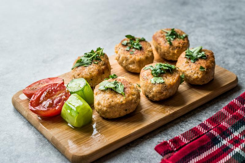 Fried Chicken Meatballs op Houten Raad/Kofta of Kofte royalty-vrije stock fotografie