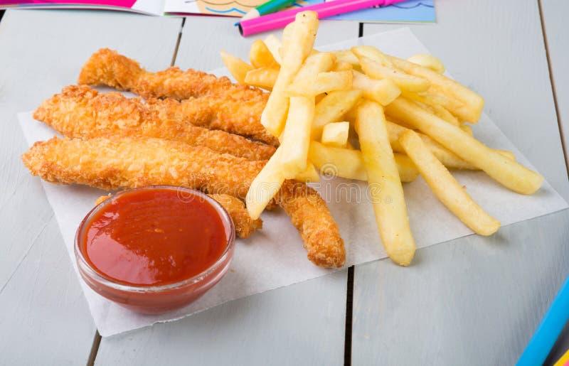 Fried Chicken Nuggets und Pommes-Frites stockfoto