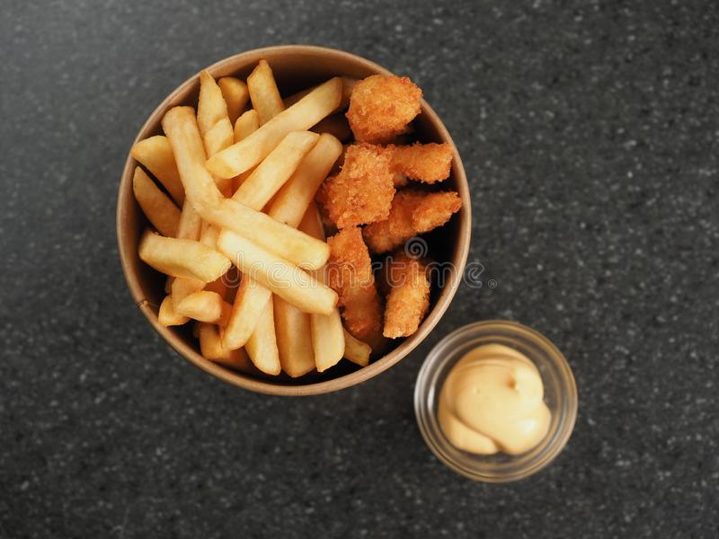 Fried Chicken Sticks avec de la sauce au fromage dans la tasse de papier photographie stock libre de droits