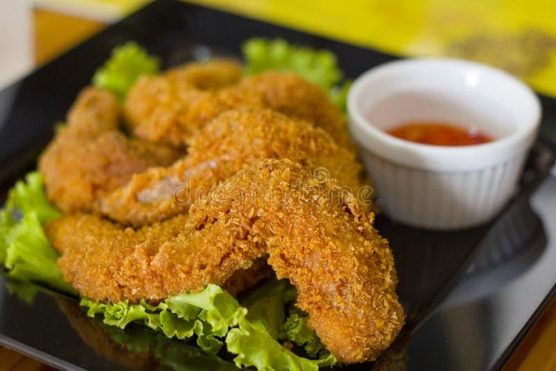 Fried Chicken Wings auf Hintergrund stockfoto