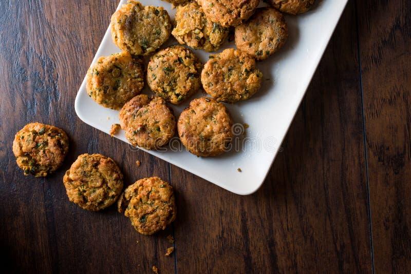 Fried Chickpeas Falafel su superficie di legno fotografie stock libere da diritti
