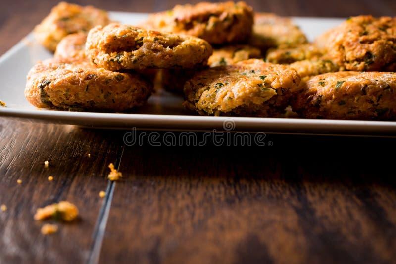 Fried Chickpeas Falafel su superficie di legno immagine stock