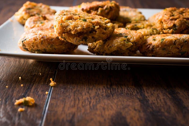 Fried Chickpeas Falafel su superficie di legno fotografia stock libera da diritti