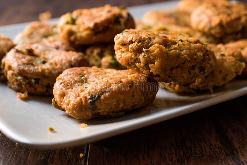 Fried Chickpeas Falafel su superficie di legno fotografia stock