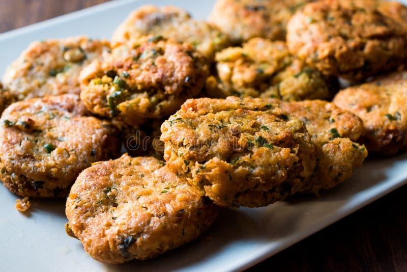 Fried Chickpeas Falafel su superficie di legno immagini stock