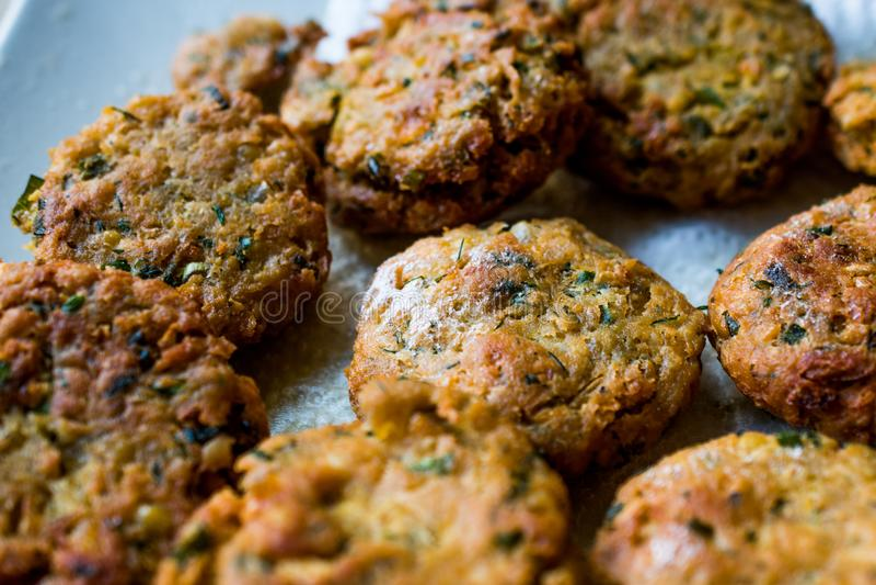 Fried Chickpeas Falafel su superficie di legno fotografie stock
