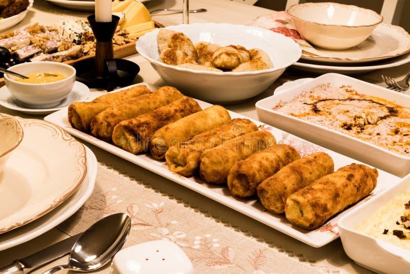 Fried Chinese Egg Rolls/Borek alla tavola di cena fotografia stock libera da diritti