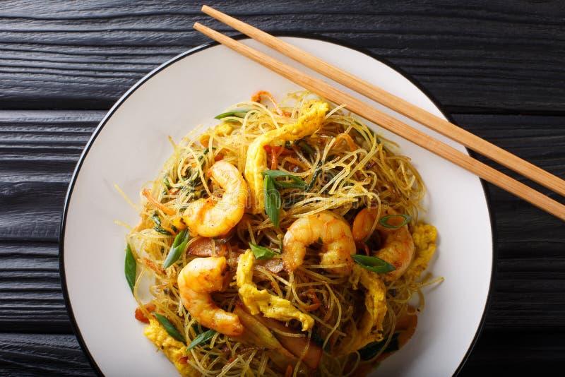 Fried Chinese-rijstnoedels met worst, garnalen en groentenclose-up op de lijst horizontale hoogste mening royalty-vrije stock afbeeldingen