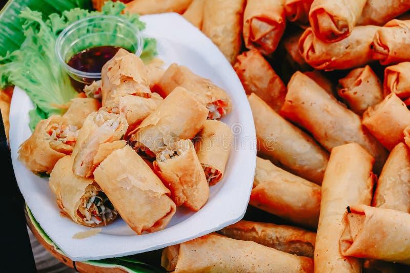 Fried Chinese Traditional Spring rullar mat med söt sås Asiatisk kokkonst, vald fokus royaltyfri fotografi