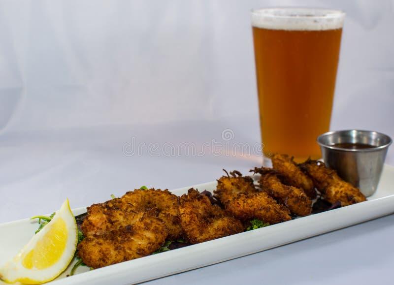 Fried Coconut Shrimp en Koud Bier stock foto's