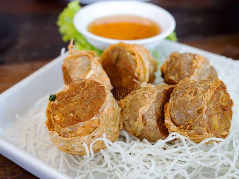 Fried Crab Meat Rolls ou Hoi Jo profundo Alimento chinês local tradicional para o aperitivo imagens de stock