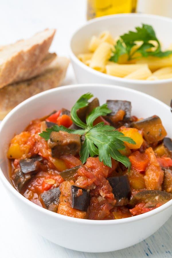 Fried Creole Aubergines Served avec Penne Pasta et le persil photos libres de droits